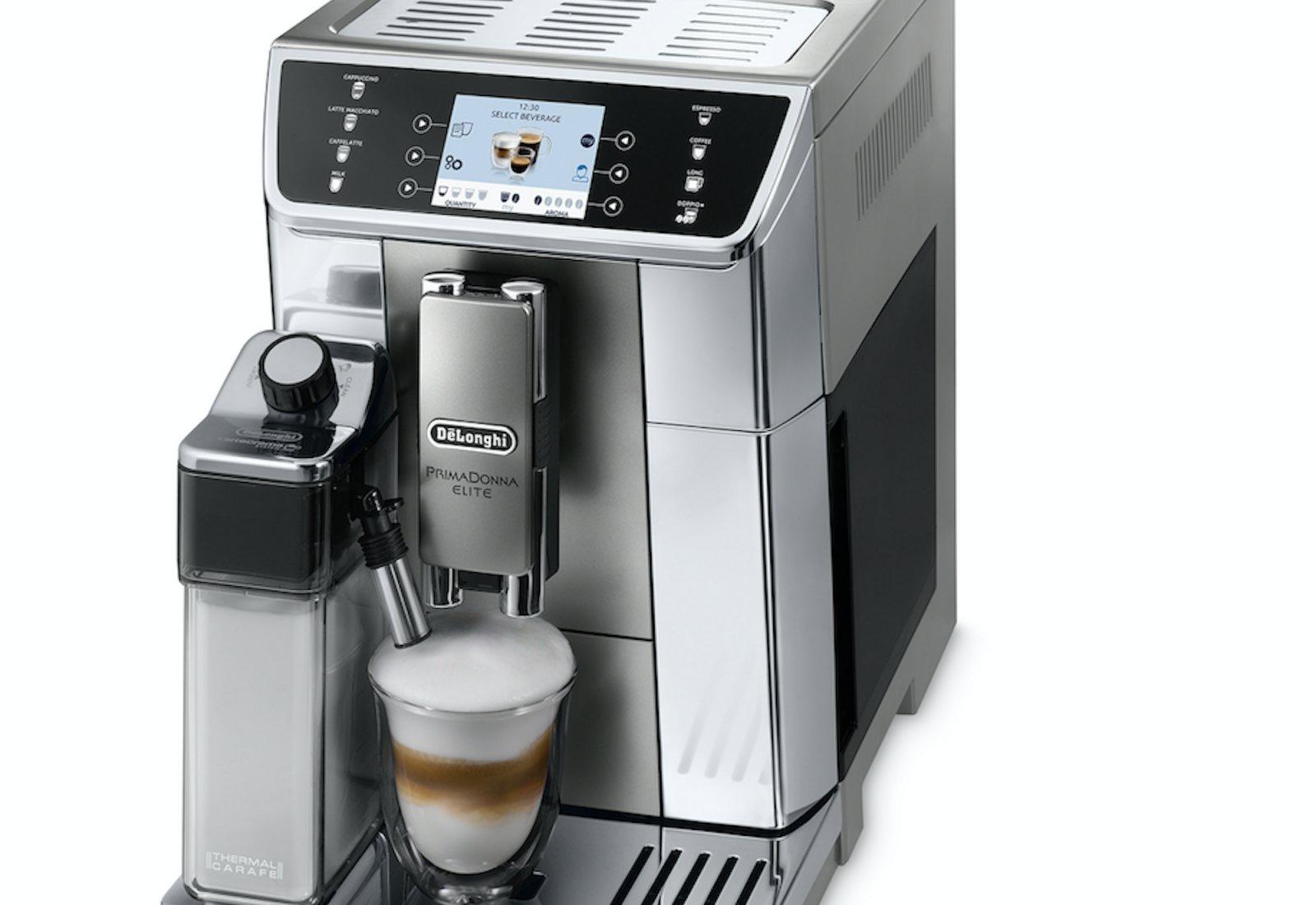 Immagine La macchina per il caffè che prepara bevande a base di... latte 1